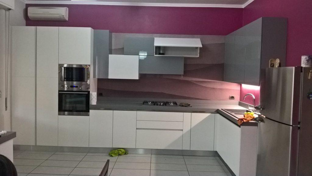Cucina montata nostro cliente parma con schienale con tapezzeria ilma mobili produzione e - Montaggio mobili cucina ...