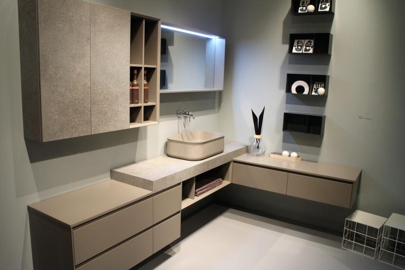 Bagno ad angolo con anta effetto cemento mensole in ferro - Lavandino bagno moderno ...